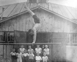 1928 vor der Turnhalle